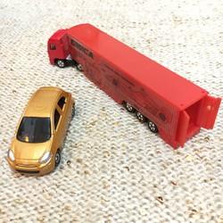 Xe mô hình container Tomica, tặng kèm 1 xe ô tô kim loại.