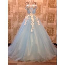 Váy cưới công chúa, màu xanh trời dịu dàng, trễ vai ren trắng nổi bật