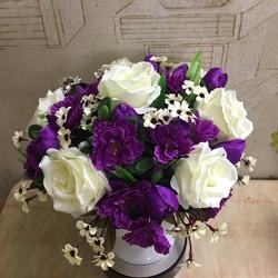 Chậu hoa hồng trắng