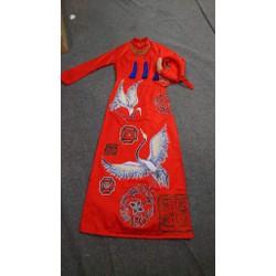 áo dai vẽ đỏ kèm mấn xinh