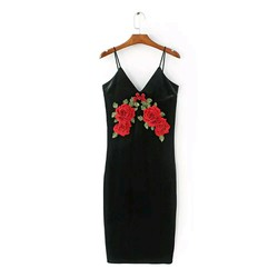 Đầm nhung ôm đính hoa hồng thêu
