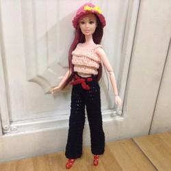 Búp bê Babie khớp - Bộ đồ len áo xếp tầng màu da, quần đen, nón hồng
