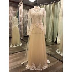 Áo dài cô dâu ren trắng nổi bật, có chân ren sang trọng
