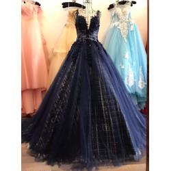 Váy cưới xòe tùng to, lưới kim tuyến ánh sang trọng, ngực xẻ tim