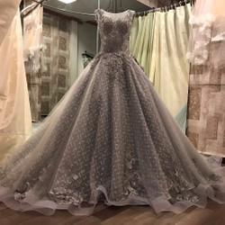Váy cưới đuôi dài, tùng to ren ẩn, màu trắng xám bắt mắt và nổi bật
