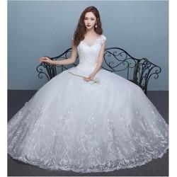 Váy cưới xòe, kín đáo cổ ren xinh xắn