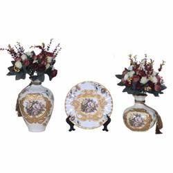 Bộ bình và đĩa gốm sứ trang trí hoa văn