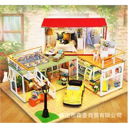 Mô hình lắp ghép biệt thự với xe màu vàng trong sân vườn