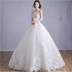 Váy cưới xòe cổ yếm, thân có đính đá, chân ren tinh tế