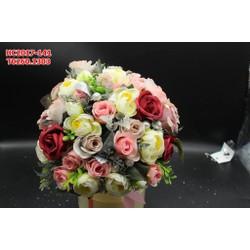 Hoa cưới cầm tay được làm từ nhiều hoa muôn màu , kết hợp hài hòa