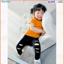 Set áo thun gân hở vai phối quần legging rách cho bé thật sành điệu