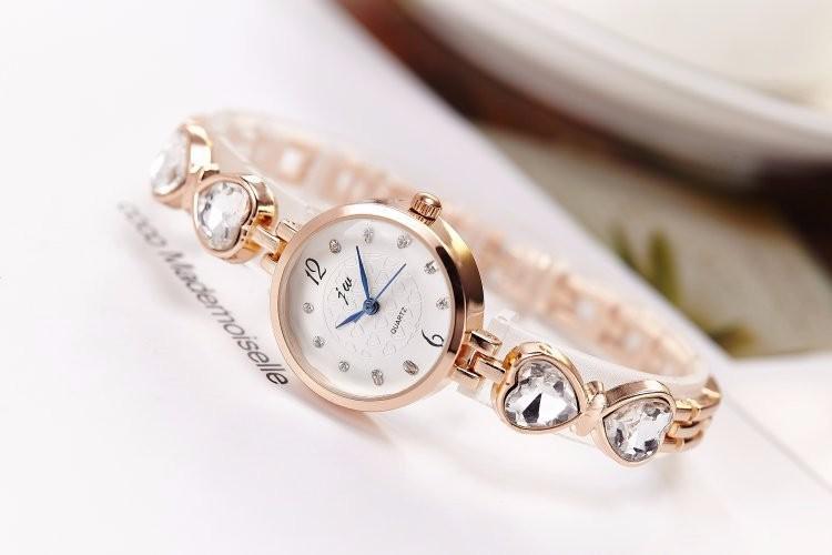Đồng hồ nữ dây lắc tay thời trang đính đá trái tim WH-8189 5
