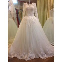 Váy cưới tay dài ren kín đáo, chân ren cao sang trọng