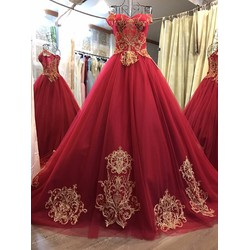 Váy cưới trễ vai, màu đỏ đô ren đồng đuôi dài sang trọng