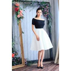 Đầm trễ vai áo đen chân váy trắng