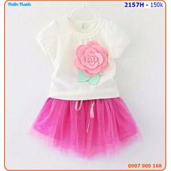 Bộ váy ren  đính hoa hồng cho bé thêm xinh
