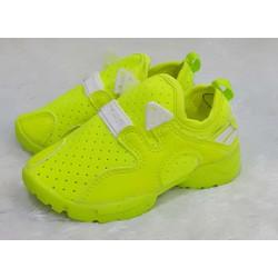 Giày neon màu xanh chuối