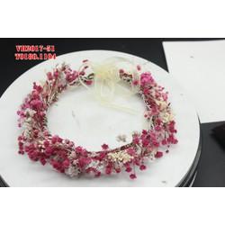 Vòng hoa cô dầu được làm từ hoa màu đỏ đỏ và trắng