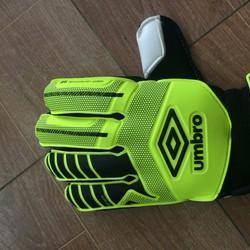 Găng tay thủ môn Umbro xanh đen