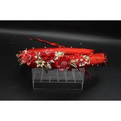 Mấn mỹ nhân 2017 màu đỏ tươi đi kèm với phụ kiện hoa cài xinh xắn