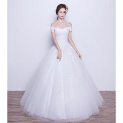 Váy cưới trễ vai, thân ren đơn giản, tùng xoè nhẹ gọn gàng
