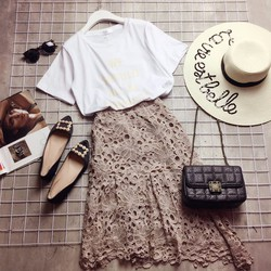 Set áo thun in chữ và chân váy ren