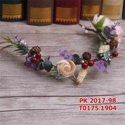 Cài tóc cô dâu được làm từ những bông hoa đẹp tự nhiên