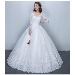 Váy cưới công chúa, tay dài kín đáo, chân ren sang trọng
