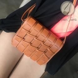 Túi đeo chéo màu cam với kiểu dáng đan vào nhau lạ mắt cực đẹp