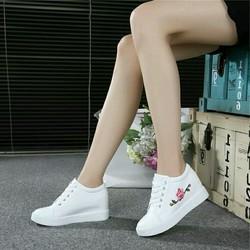 Giày sneaker nữ độn đế thêu hoa