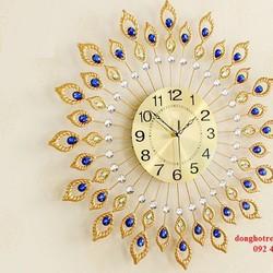 Đồng hồ treo tường trang trí công xòe ngũ sắc