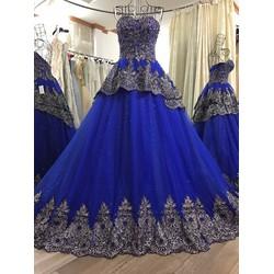 Váy cưới xoè màu, ren gân đồng tinh tế và sang trọng, có đuôi