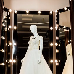 váy cưới xòe thân ren