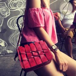 Túi đeo chéo màu đỏ với kiểu dáng đan vào nhau trước mặt túi lạ mắt