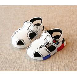 Giày sandal trắng chữ Kids phong cách lịch lãm