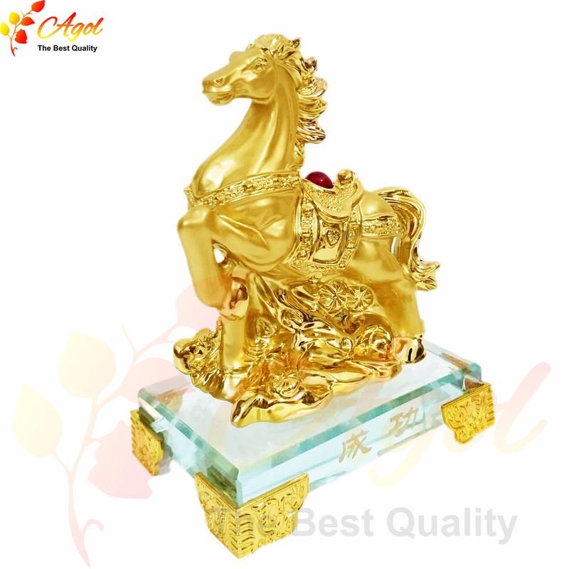 Tượng ngựa vàng - đế thủy tinh 1
