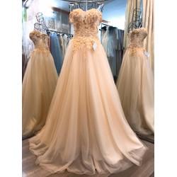 váy cưới dạ hội suông màu kem vai ngang