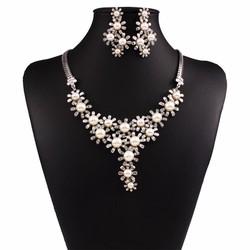 bộ trang sức hoa ngọc trai và pha lê lấp lánh vô cùng sang trọng