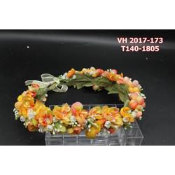 Vòng hoa cô dâu được kết hợp từ nhiều hoa nhí