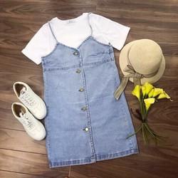 Set áo thun + váy yếm jeans nút