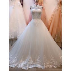 áo cưới cổ kín đắp ren tinh tế, dáng xoè chân ren đuôi dài