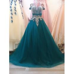 áo cưới chụp hình vai ngang, thân đính hạt sáng lấp lánh