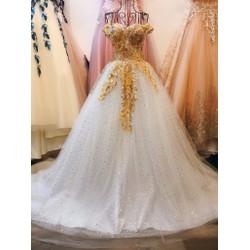váy cưới màu trắng, tùng kim tuyến ngôi sao