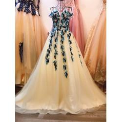 áo cưới xoè màu kem, vai ngang ren lá phối màu