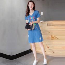 Đầm jean dáng suông in hình cô gái phối túi