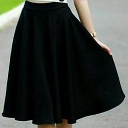 Chân váy xòe dài qua gối
