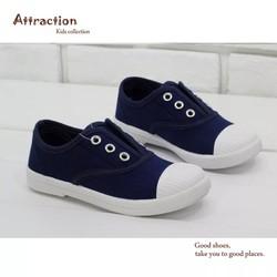 Giày trẻ em cho bé trai và bé gái chọn theo màu sắc