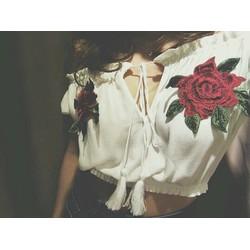 Áo croptop trắng kết hoa