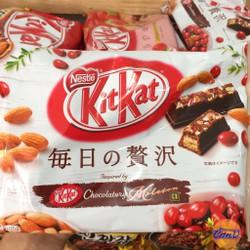 KitKat Almond, Cranberry