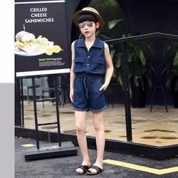 Jumpsuit Short Jean Bay Cho Bé Phối Túi Phong Cách